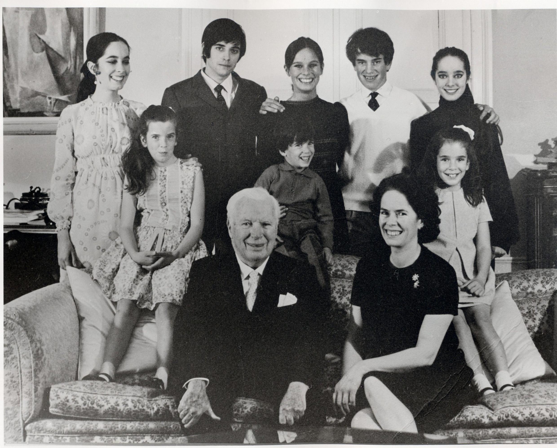 Чарльз Чаплин и Уна О'Нил в окружении детей