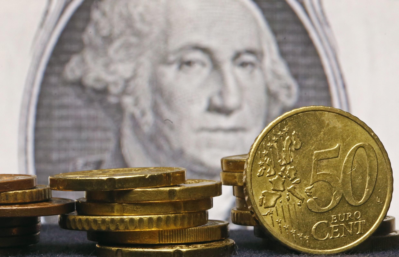 Monedas europeas frente a un billete norteamericano, foto tomada en Zenica, Bosnia, el 13 de marzo de 2015.