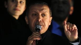 El primer ministro turco, Tayyip Erdogan, se dirige a sus partidarios al llegar al aeropuerto Esenboga, Ankara, el 24 de diciembre de 2013.