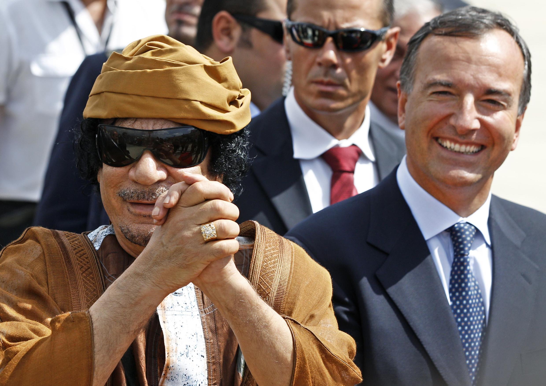 Muamar Kadafi con el ministro de Asuntos Exteriores de Italia, Franco Frattini, en una foto de archivo en Roma,el 29 de agosto de 2010.