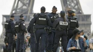 Cảnh sát Pháp tuần tra khu vực Tháp Eiffel, Paris, ngày 29/04/2017