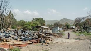 Una mujer camina por las ruinas de una fábrica en Ataye, Etiopía, el 15 de mayo de 2021