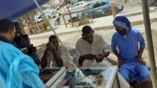 Les achats reprennent trop doucement selon les vendeurs de téléphone à Nouakchott après la levée des restrictions ce mercredi 13 mai 2020.