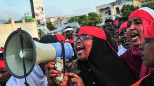 Des Somaliens sont descendus dans les rues de Mogadiscio, dimanche 15 octobre, pour dire leur colère après l'attaque sanglante de samedi.