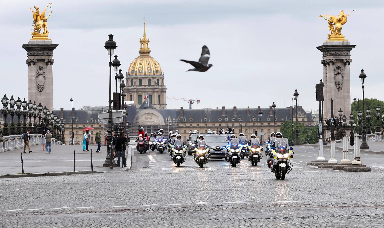 کاروان رئیس جمهوری فرانسه و همراهان بر روی پل الکساندر سوّم دیده می شود.