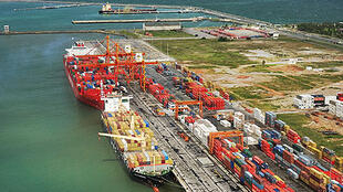 El puerto de Santos, por donde sale más del 25% del comercio exterior de Brasil.
