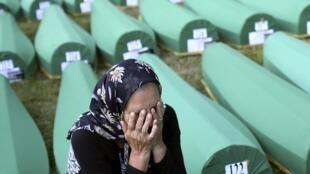 Гробы с телами недавно опознанных жертв резни в Сребренице