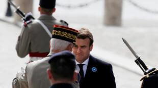 После поездки в Берлин у Эмманюэля Макрона запланирован визит в расположение французских солдат, воюющих за границей. На фото -- Макрон в Париже в ходе церемонии в честь дня Победы 08.05.2017