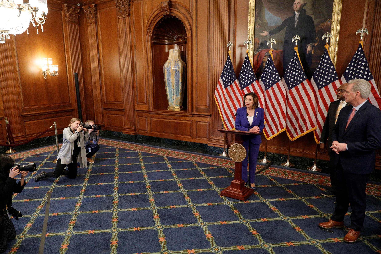 Dịch Covid-19: Chủ tịch Hạ Viện Mỹ, bà Nancy Pelosi, phát biểu tại lễ phê chuẩn kế hoạch hỗ trợ kinh tế 2.200 tỉ đô la, Washington, ngày 27/03/2020.
