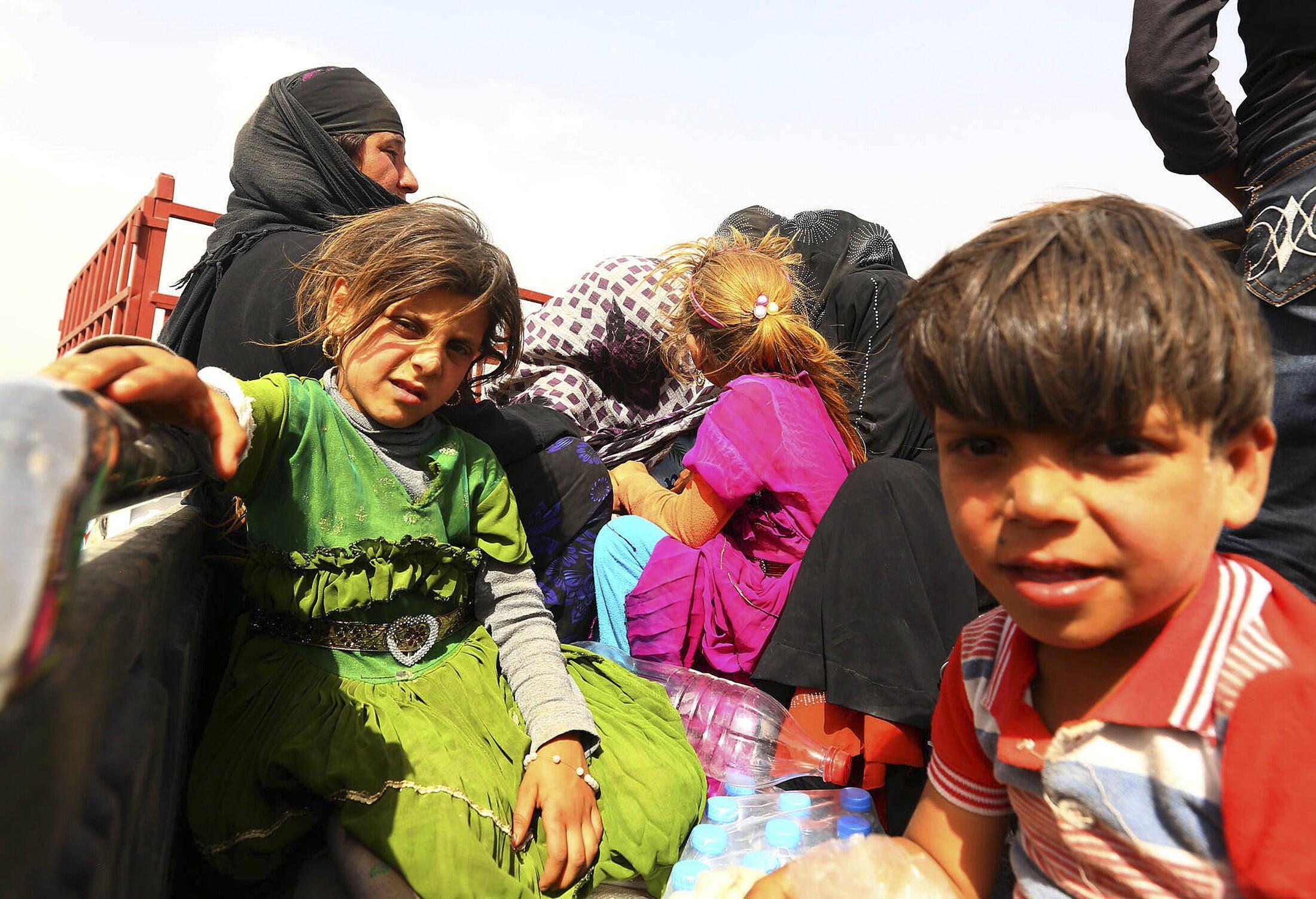 Une famille irakienne originaire de Mossoul arrive à Erbil après avoir fui devant l'assaut des insurgés jihadistes sunnites d'EIIL.