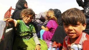Una familia iraquí llega a Erbil huyendo de la violencia en Mosul, el pasado 11 de junio.