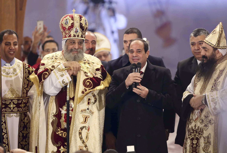 Le président égyptien Abdel Fattah al-Sissi et le patriarche copte Tawadros II, lors de la messe de Noël à la cathédrale Saint-Marc du Caire, le 6 janvier 2015.