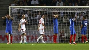 Les Bleus réagissent après avoir raté une chance de marquer, lors du match éliminatoire contre la Biélorussie, le 6 septembre 2016.