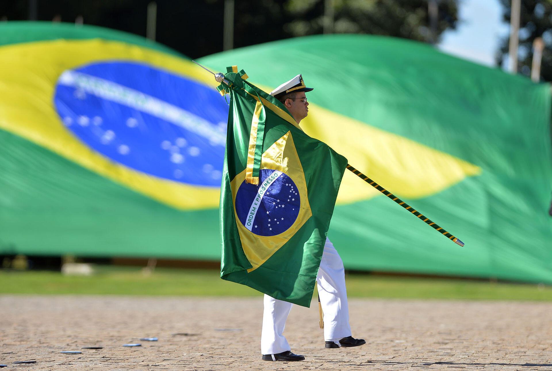 Governo do Brasil quer utilizar símbolos nacionais para incentivar patriotismo nas escolas.