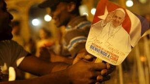 Thanh niên công giáo chờ đón Đức Giáo hoàng Phanxicô tại Nhà thờ chính tòa ở La Habana, 18/09/2015.