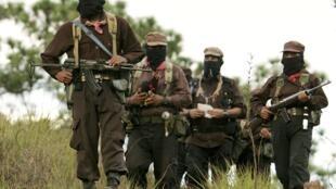 Le sous-commandant Marcos (devant) et des membres de l'Armée zapatiste de libération nationale (EZLN) arrivent pour une réunion avec les organisations autochtones dans l'Etat mexicain de Chiapas, le 13 août 2005.