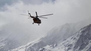 Un hélicoptère des services de secours iraniens survole les zones éventuelles du crash de l'ATR72.