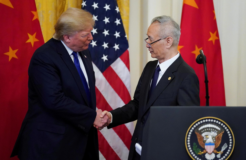 美國總統特朗普與中國副總理劉鶴在白宮簽署第一階段貿易協議時握手