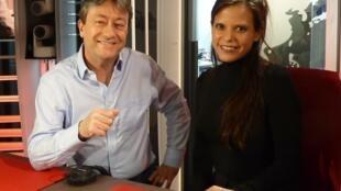 La compositora mexicana Diana Syrse con Jordi Batallé después de la grabación de El Invitado de RFI.
