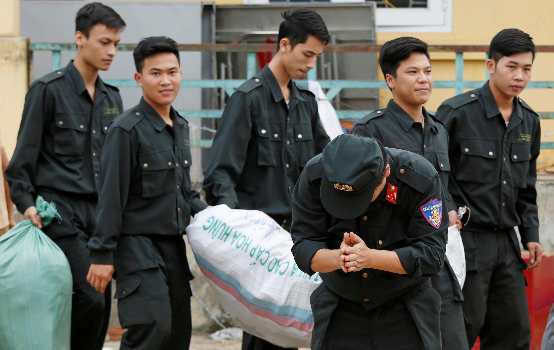 Một chỉ huy cảnh sát cảm ơn dân làng Đồng Tâm đã thả các con tin ngày 22/04/2017.