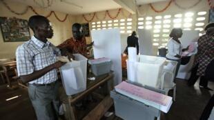 Mesa de voto em Abidjan.
