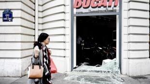 A loja de motos Ducati, na Avenue de la Grande Armée, foi pilhada durante os festejos dos adeptos argelinos em Paris.
