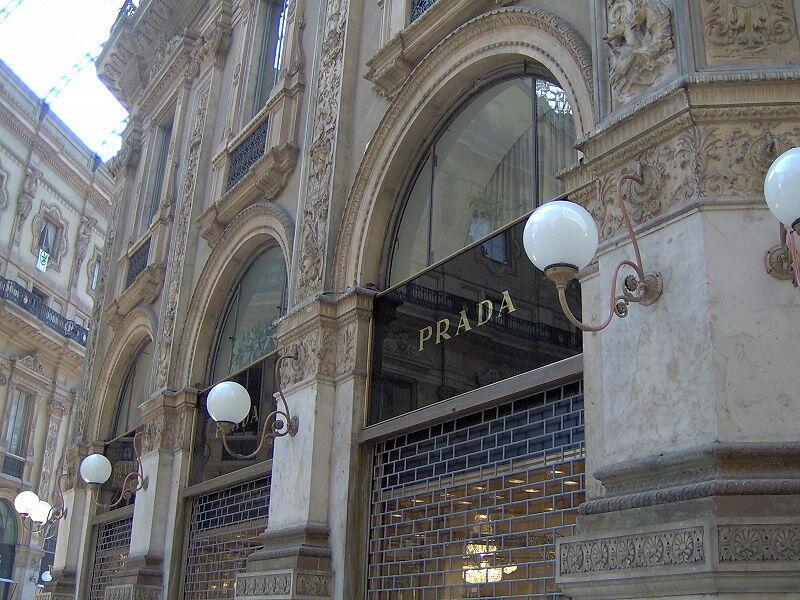Une enseigne Prada à Milan . Prada figure parmi les entreprises qui se relocalisent en Italie.
