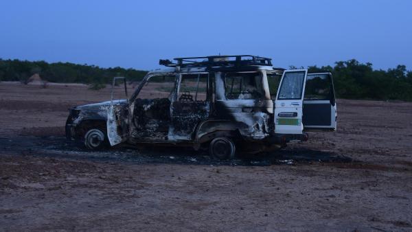 Les débris du véhicule transportant 6 Français et 2 Nigériens, tués dans une attaque dimanche 9 août 2020, dans la région de Kouré, au sud-est de Niamey, la capitale du Niger.