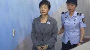 La ex presidenta ParkGeun-hye (I), condendada por corrupción y abusos de poder, en una foto de archivo tomada el día de su condena en 2018.