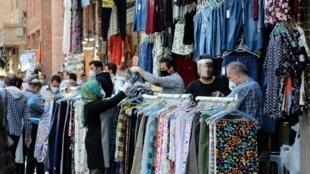 El gobierno de Irán autorizó a algunos comercios de la capital Teherán a reabrir el 18  de abril de 2020.