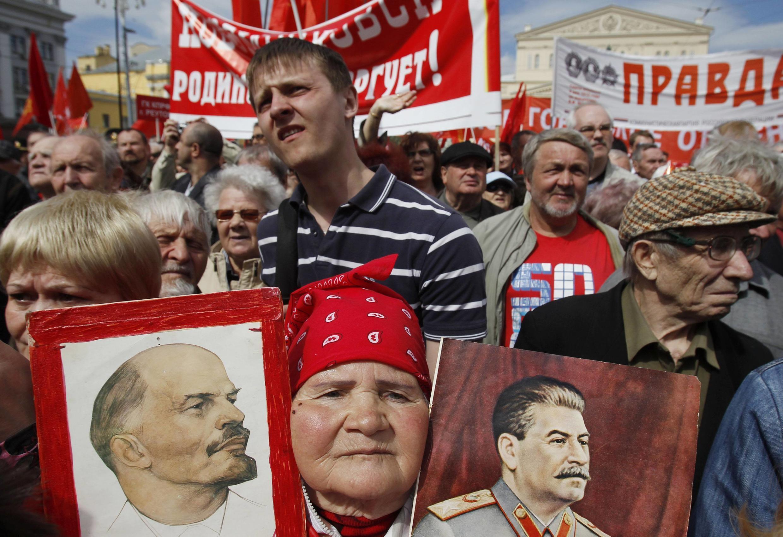 1 мая 2012 г. Москва. Демонстранты с портретами Ленина и Сталина
