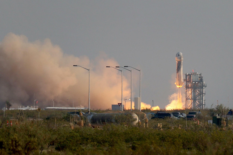 Ракета компании Blue Origin с Джеффом Безосом на борту стартует с космодрома на западе Техаса, 20 июля 2021 г.
