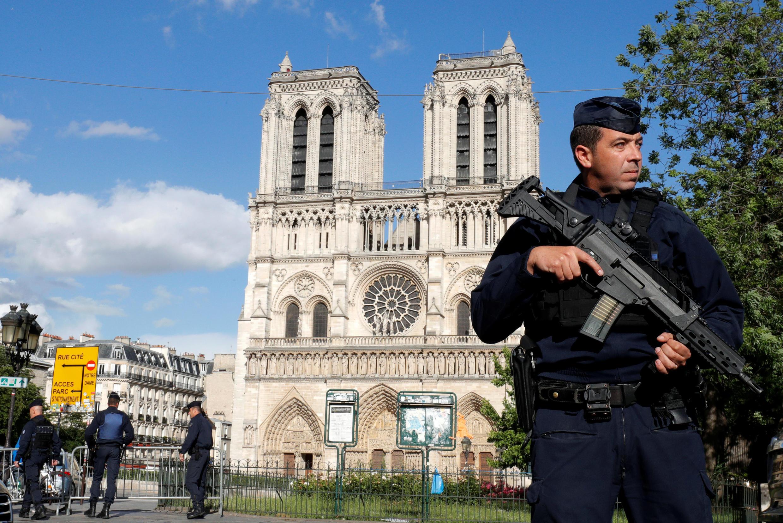 Policial patrulha a catedral de Notre Dame, em Paris.