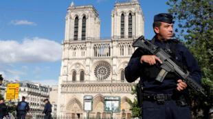 巴黎聖母院前警衛軍警