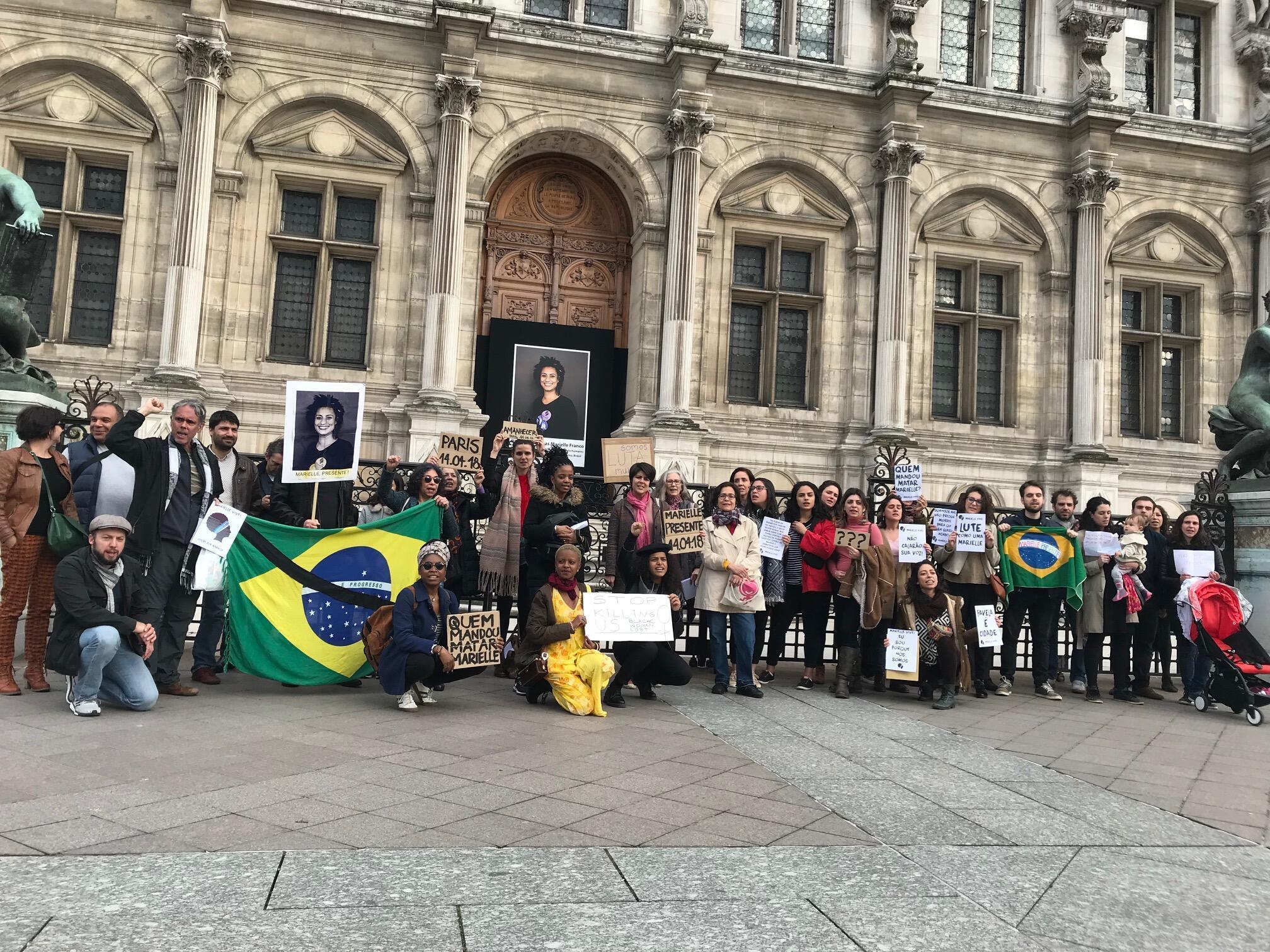 Manifestantes se reuniram diante da prefeitura de Paris para lembrar um ano da morte de Marielle Franco