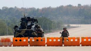 Một chốt kiểm soát do quân đội Miến Điện lập ra trên con đường dẫn đến trụ sở Nghị Viện ở Naypyidaw, ngày 01/02/2021.