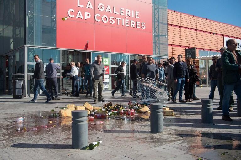 Виноделы департамента Гар разгромили винные отделы супермаркетов в Ниме. 30/03/17.