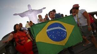Du khách chụp ảnh tại Rio, Brazil, ngày 08/06/2014.