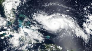 El huracán Dorian se acerca a las Islas Bahamas y la costa de Florida.