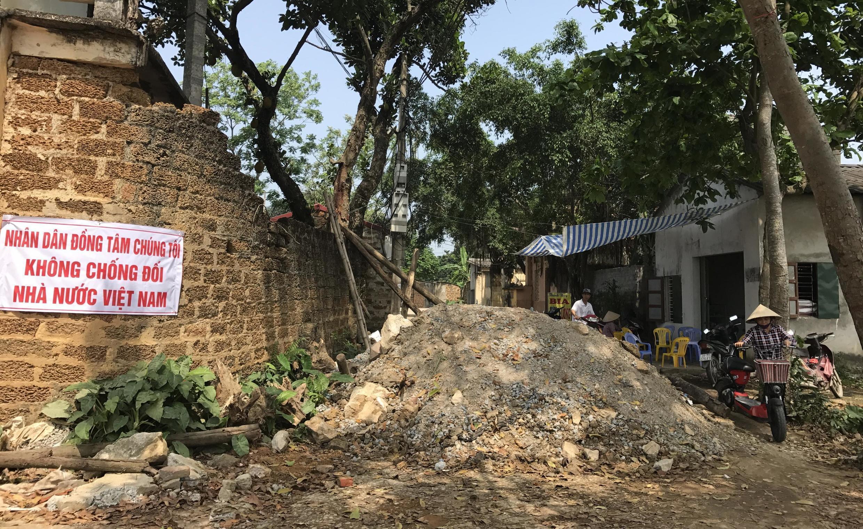 Ảnh tư liệu : Dân Đồng Tâm dựng chướng ngại vật trên đường vào làng chống chính quyền cưỡng chế giải tỏa đất đai hôm 20/04/2017.