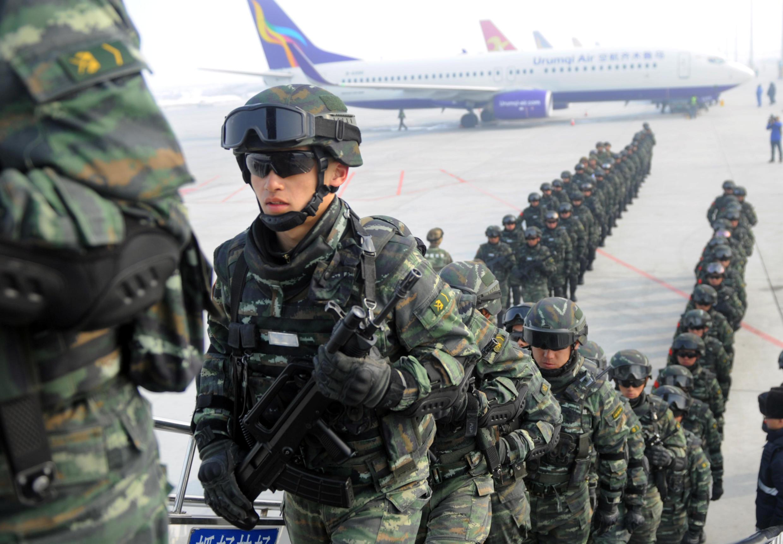 Cảnh sát bán quân sự tham gia tập huấn chống khủng bố ở Ashgar, vùng tự trị Tân Cương, ngày 27/02/2017.