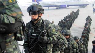 Cảnh sát bán quân sự Trung Quốc đến vùng tự trị Tân Cương. Ảnh chụp ngày  27/02/2017.