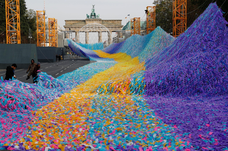 Через 30 лет после падения Берлинской стены в небо над Браденбургскими воротами запустили 30 тысяч ленточек с призывами к миру
