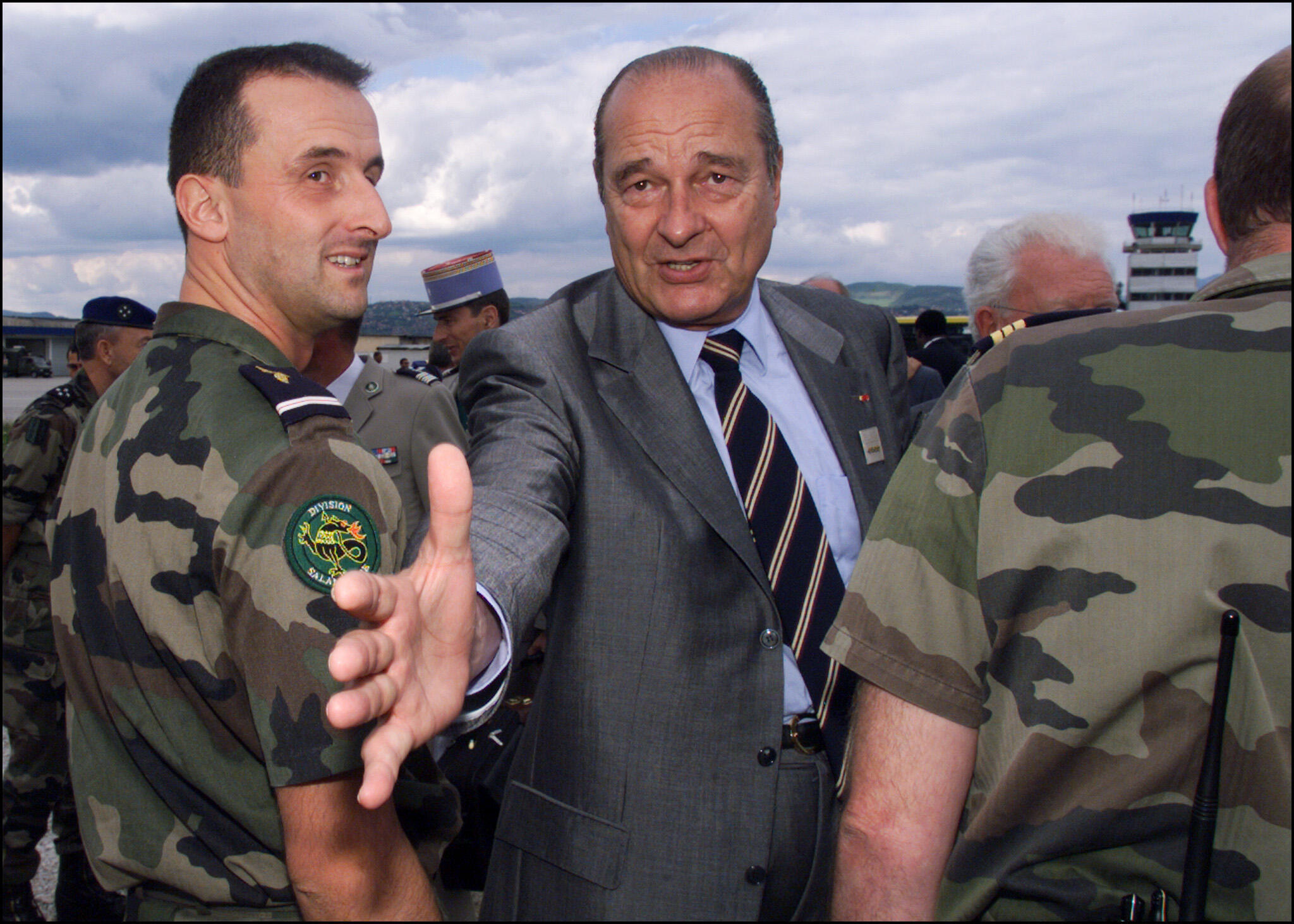 Le 30 juillet 1999, Jacques Chirac serre la main d'un militaire français qui assure la sécurité de l'aéroport de Sarajevo, à l'issue du sommet du Pacte de stabilité.