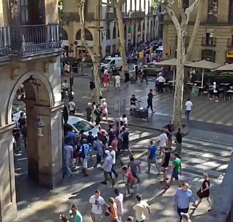 Panique dans la foule après que la fourgonnette a percuté la foule près de la Place de Catalogne près des Ramblas, à Barcelone.