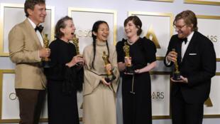 赵婷导演的『无依之地』获奥斯卡最佳影片、最佳导演、最佳女演员三项大奖。
