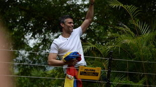 El líder opositor Leopoldo López saluda a sus seguidores que se reúnen fuera de su casa en Caracas después de ser liberado de la prisión y puesto en arresto domiciliario, el 8 de julio de 2017