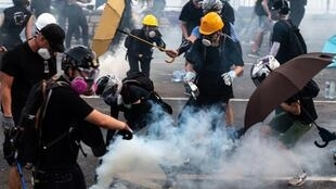 راهپیمائی گسترده با شرکت کارمندان دولت محلی و اعتصاب سراسری و عمومی روزهای پایان هفتۀ گذشته در هُنگ کُنگ، دولت چین را به واکنش تند و تهدید برای خاموش کردن صدای هواخواهان دموکراسی واداشت.