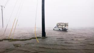Um caminhão em rua alagada na cidade de Corpus Christi, atingida pelo furacão Harvey durante a madrugada no Texas.