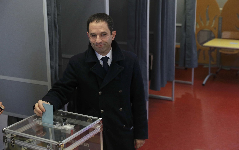 Benoît Hamon vota em Trappes, no segundo turno das primárias socialistas da França, em 29 de janeiro de 2017.